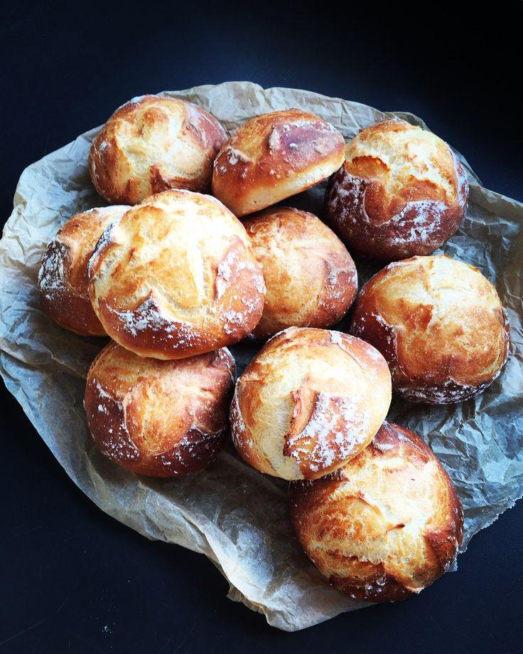 Super leckere, knusprige Buttermilch Dinkelbrötchen. Über Nacht gehen lassen und am nächsten Morgen mit leckeren frisch gebackenen Brötchen belohnt werden.
