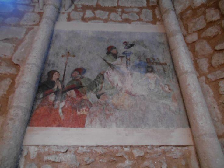 Frescos en el muro del lado del evangelio. Parecen ser relativas a Cristo, según los expertos.