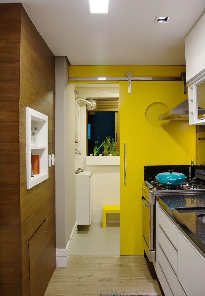 PORTA AMARELO MANGA  _ Para o próprio apartamento, a arquiteta Amanda Schvartzman buscou criar um ambiente moderno com peças que contam a sua história