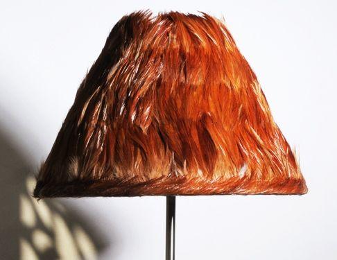 Damoiseau  Abat-jour de forme conique en plumes naturelles de coq roux  Dimensions: Ø bas :25cm H : 13,5cm Pour douille E27  Matières: métal epoxy blanc, polyphane et plumes naturelles de coq roux