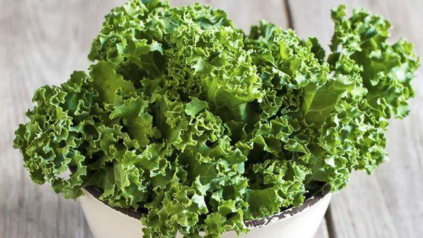 Wenn Sie große Mengen an Grünkohl haben, können Sie das Gemüse auch einfrieren oder durch Tricks bei der Lagerung länger haltbar machen (Quelle: Thinkstock by Getty-Images)