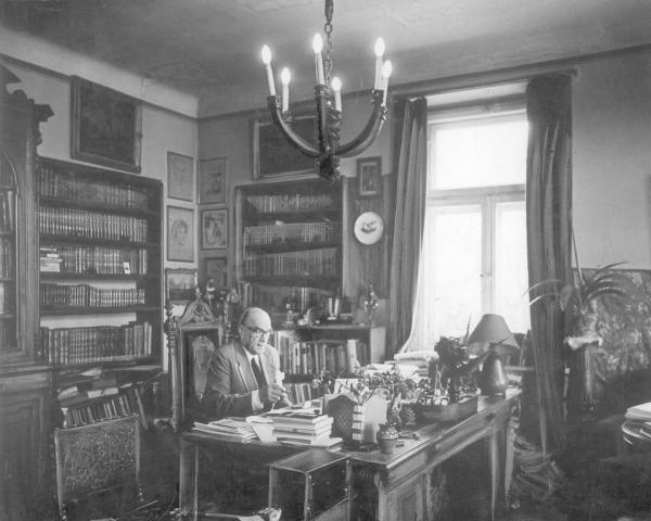 Jarosław Iwaszkiewicz w gabinecie