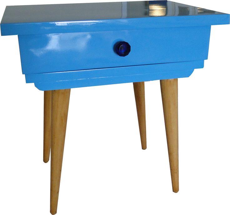 Criado mudo laqueado em azul brilhante com pés palitos. Temos modelos semelhantes e podemos fazer na cor que desejar.