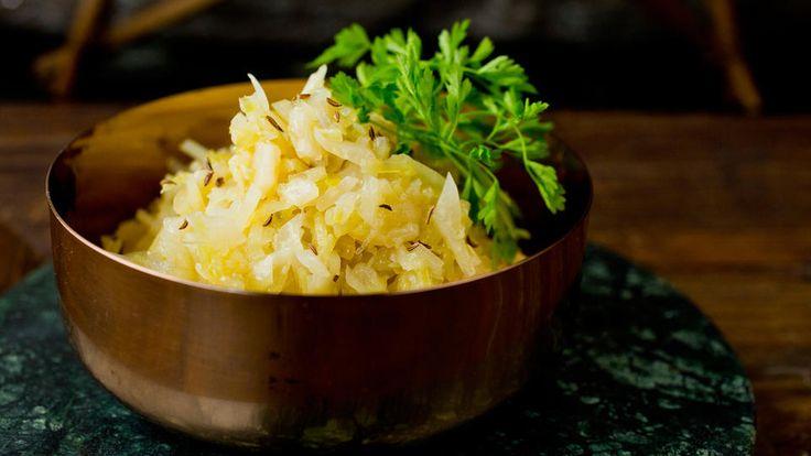 Surkål er kjempeenkelt å lage selv, og er godt tilbehør til julemat som ribbe og pinnekjøtt.    Tips: Lag rødkål etter samme oppskrift, men la da eddiken få koke med fra begynnelsen av for å bevare fargen på rødkålen.