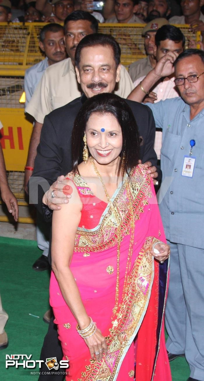 Sahara Group Chief Subroto Roy with wife Swapna at Kareena & Saif's Delhi Reception, Oct 18, 12