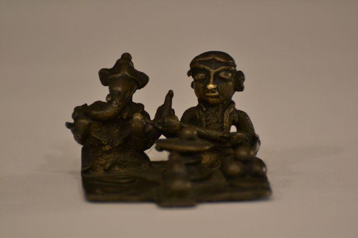 http://www.arte-orientale.com/sud-est-asiatico/2205/famiglia-shivaita/ #Shiva 's family XIX century #indian #bronze