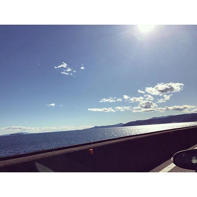 【sayo1110】さんのInstagramをピンしています。 《gm...🙌💕 ・ いいお天気に恵まれて 車から見える景色は最高です😆✨ ・ これから神社へ⛩! とてもパワーがあるところにいきます! ・ #国内旅行#温泉#ドライブ#海#海岸#晴天 #神社#パワースポット#お参り#参拝 #海鮮丼#わさび#お土産#旅館#高級 #travel#drive#work#happy#enjoy》