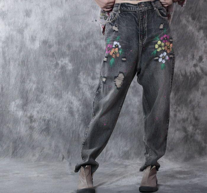 Одежда : Джинсы-бойфренды с потертостями, украшенные цветками