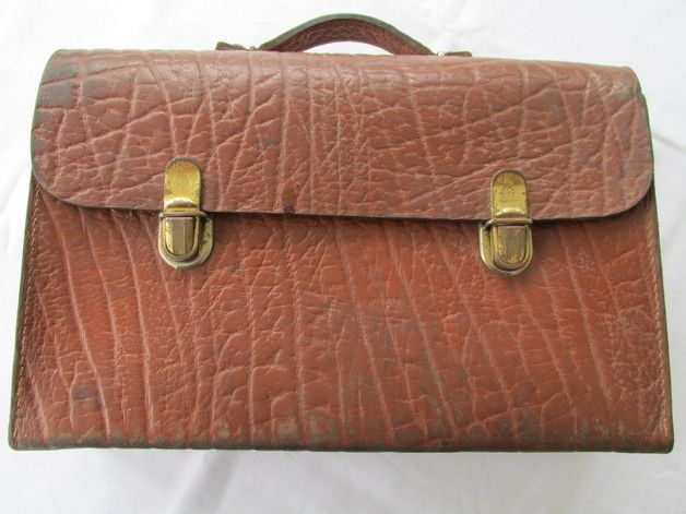 Eine uralte, sehr stabile Lederaktentasche. Das Leder ist sehr fest. Die Tasche ist etwas shabby, vor allem die Schlösser. Aber sie hat Stil, ist cool.