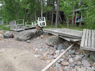 Tapaninpäivän myrsky 2012 paiskasi sekä vene- että uimalaiturin poikittain rantaan.