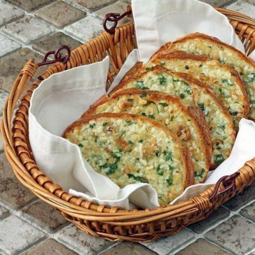 Чесночный хлеб Сливочное масло+петрушка+чеснок+соль +сыр.Намазать кусочки хлеба смесью и запечь под грилем или в духовке 3-4 минутки. 1/2 чашки сливочного масла, размягченного до комнатной температуры 3 головки чеснока 2 столовые ложки оливкового масла 400 г батона 2 столовые ложки нарезанной свежей петрушки 1 чашка тертого сыра (хорошо использовать романо или пармезан) 1/8 чайной ложки соли