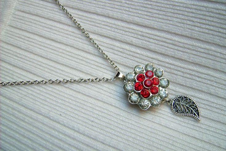 Piros és kristály színű, fém medálos nyaklánc, levél fityegővel. A nyaklánc hossza: 48 cm. A medál mérete: 46 x 24 mm. 450.-Ft.