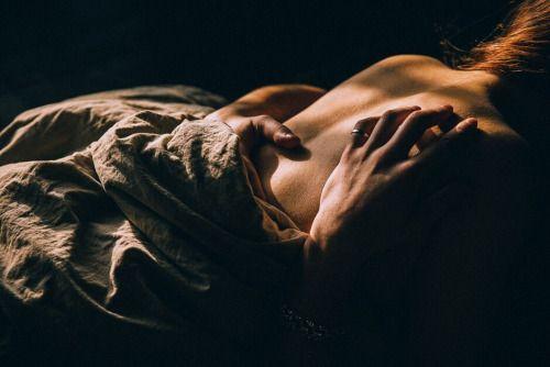 Malgré notre mésaventure je continue à rêver d instant tel que celui ci, à notre moment qui nous a été volé... parce que je suis prête à beaucoup pour toi . C est ma façon de t exprimer mes sentiments. Je pense à ce corps et ses formes qui me donnent envie d admirer , de caresser et d embrasser, j adore ton corps et les sensations qu il me procure ....☺️