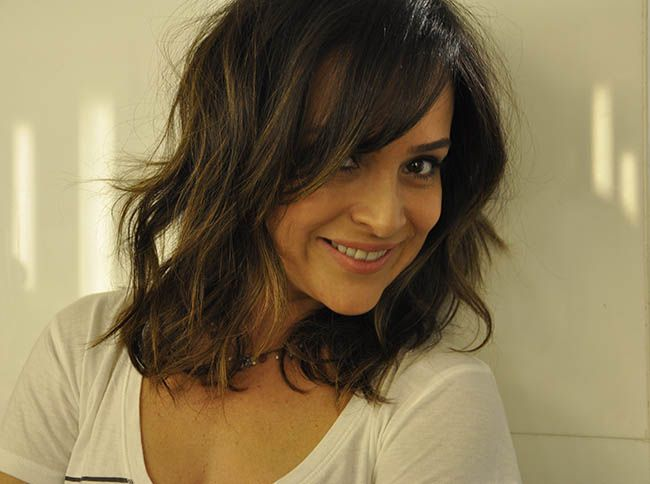 Gabriela Duarte com cabelo médio e franja.