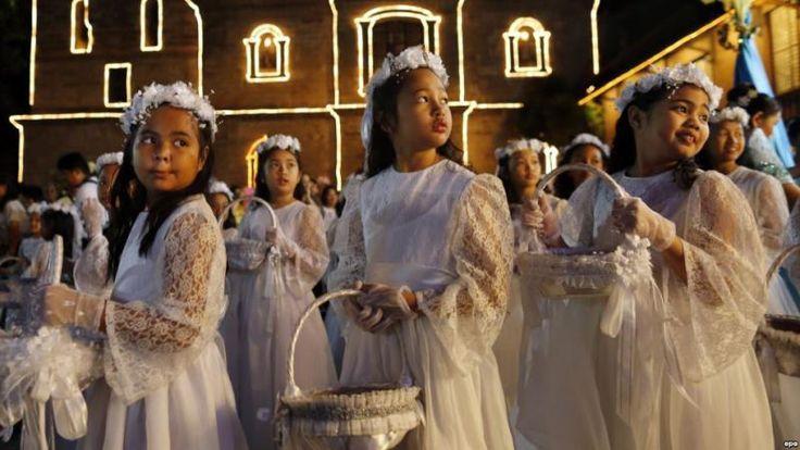 """Католическая пасха на Филиппинах 🙏🇵🇭. Филиппины - это единственная страна в Азии, большинство населения которой (80 %) исповедуют католическую религию. На рассвете пасхального утра или """"Salubong"""" филиппинцы выносят большие статуи Христа и Девы Марии. Это символизирует первую встречу матери и сына после чуда воскрешения Спасителя. Люди встречают торжественную процессию с пальмовыми листьями🌴, как и тысячи лет назад в Иерусалиме."""