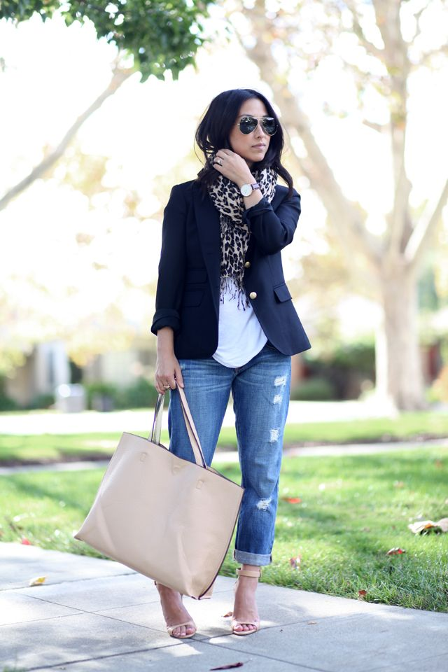 Crystalin Marie wearing a Prima donna ring + vegan leather beige tote