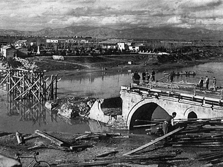 Η γέφυρα του Πηνειού, στη Λάρισα, μετά την ανατίναξή της το 1945.