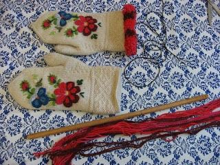 Look at embroidery on the mittens! Emkristi: Kavelfrans till vantar. How to add yarn fringe to mittens.