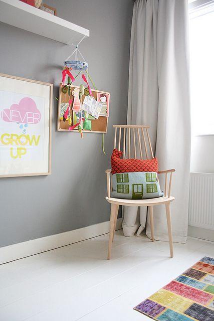 Kleur van de muur en de witte vloer vormen samen een frisse combi.