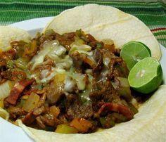 """""""Street food"""" de la Cd. de México: Alambre de res (tacos de carne con tocino, chorizo, pimiento y cebolla)."""