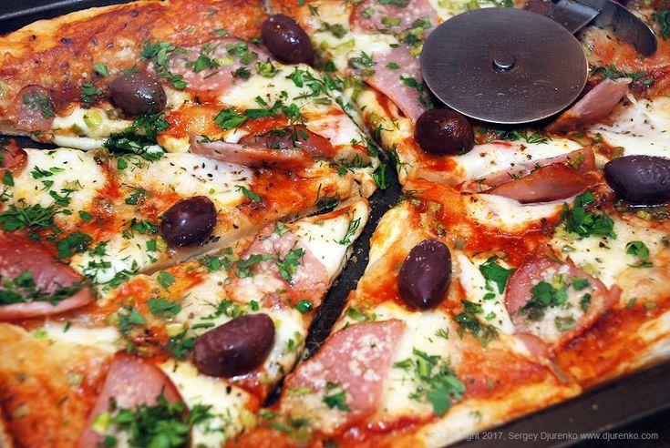 Пицца на слоеном тесте с мясной нарезкой, томатным соусом и моцареллой