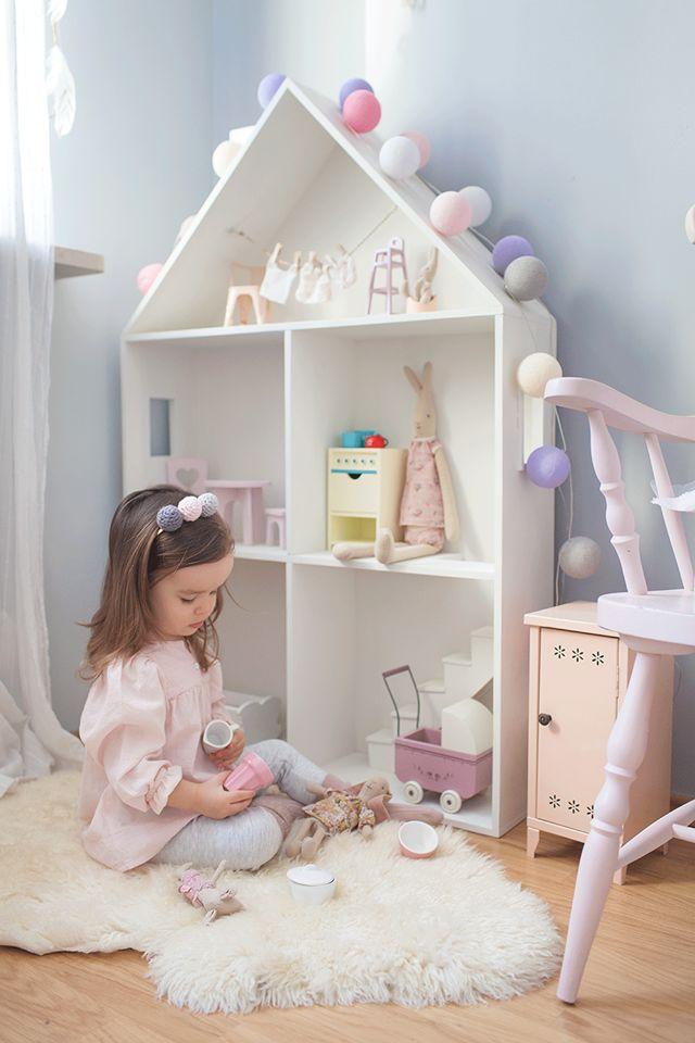 Quarto de criança com casinha de boneca em tons pasteis, tons claros. Monte seu fio de luz no site da cormilu com as cores que tiver no quarto da criança