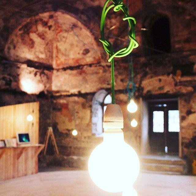 Textilné káble použité v tomto architektonickom skvoste nájdete aj v našom sortimente na webstranke www.odora.eu. #lamps #modern #lamp #pendant #svietidla #svietidlo #ziarovky #kable #kabel #vodic #textil #dekoracia