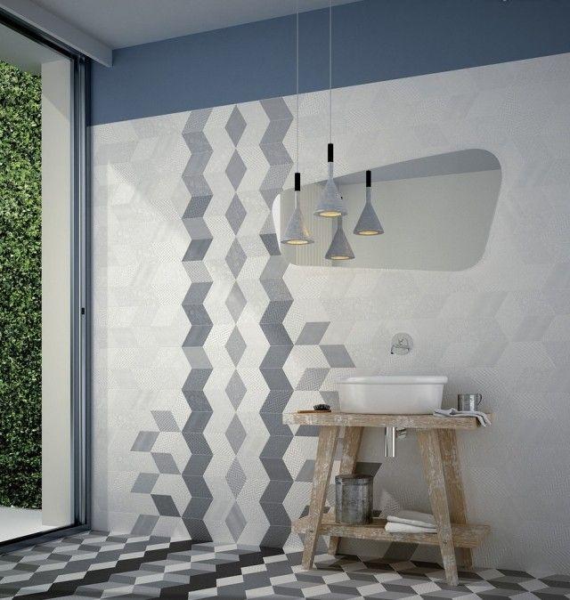 un carrelage élégant en blanc et bleu à motifs géométriques dans la salle de bains