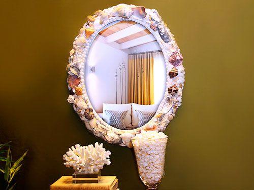Moldura de espelho oval decorada com conchas do mar http://www.viladoartesao.com.br/blog/2011/09/como-decorar-uma-moldura-com-conchas-do-mar/