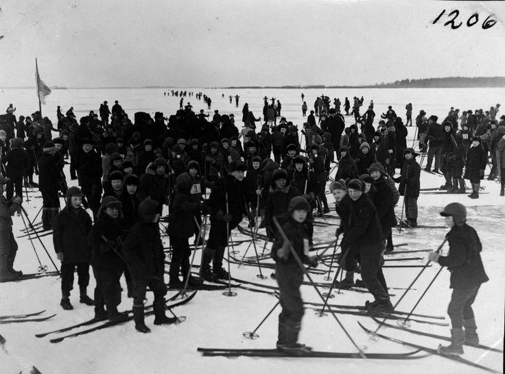 Kuvagalleria: Merenjäällä on liikuttu  pohjoisessa niin poroilla, hevosilla kuin monenlaisilla koneillakin.