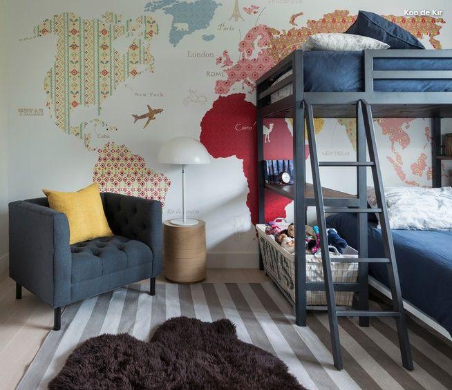 O charme deste quarto infantil fica por conta do papel de parede - um painel com mapa mundi estilizado, e beliche confortável e descolado. Tons azuis predominam, mas cores em acessórios dão alegria ao espaço. Projeto em Houzz. #lilianazenaro #lilianazenarointeriores #projetodeinteriores #quartoinfantil #papeldeparede
