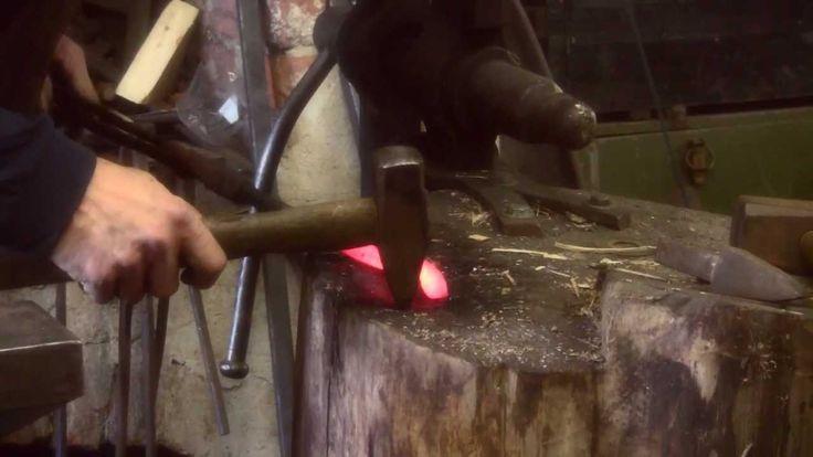 Sepän työ on muuttunut hyvin vähän rautakaudelta nykypäivään. Seuraa mestariseppää työssään tässä videossa.