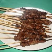 Arrosticini. Sono piccoli pezzi di carne di pecora, infilati in spiedini di legno e cotti sulla brace.