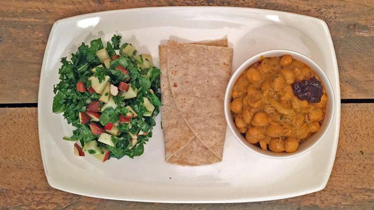 Hovedretten i denne middagen er en curry laget av kikerter. Ved siden av serverer Richard Nystad en salat med grønnkål, epler og mandler.