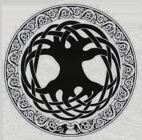 Священное дерево символизирует духовную энергию, жизнь и мудрость. Одиноко стоящие деревья имели для кельтов особое значение, являясь земным воплощением сакрального Древа Жизни. Священное дерево и ритуалы, совершаемые в тени его кроны, давали новые жизненные силы, долголетие, способствовали духовному развитию. Это символ щедрости Земли. Древо Жизни пьет своими корнями священные воды жизни из сердца Матери-Земли. Раскрывая ветви своей кроны в небесах, оно обеспечивает связь между всем сущим