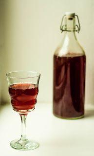 Na samém sklonku léta se už mohou objevit zralé moštové hrozny. Pokud by vám nestačil samotný mošt jen tak, dá se nechat lehce fermentovat podle receptu: http://zkvaseno.blogspot.cz/2015/09/burcak-sangria-svestky-podzimni-limonady.html#more