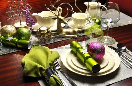 Kerstavond diner tabel met moderne lime groen en roze accenten Stockfoto