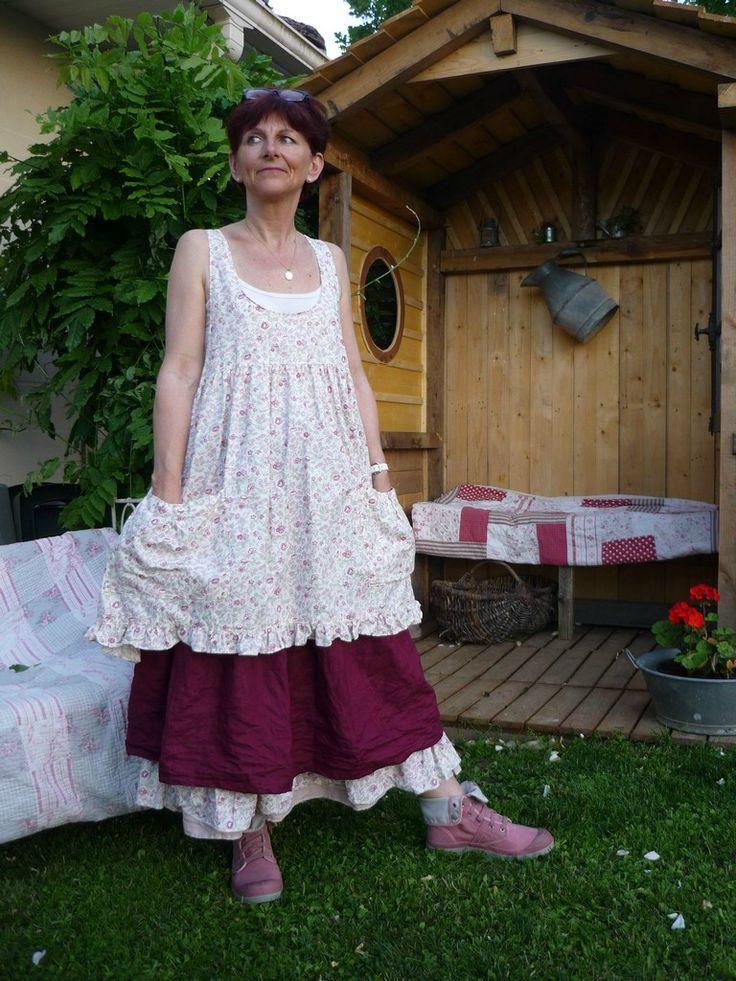 tablier camélia avec la sur-jupe en lin bordeaux     tenue Camélia se compose d'un...