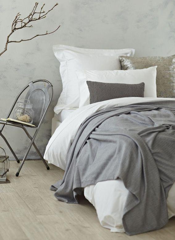 Houten vloer en beton stuc wanden zijn goed stofvrij te houden in de slaapomgeving. Estate & Design zoekt naar praktische oplossingen voor de woonomgeving.