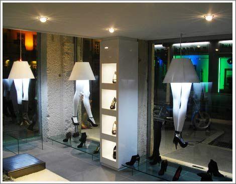 agencement magasin, vitrine chaussures de luxe de nuit.