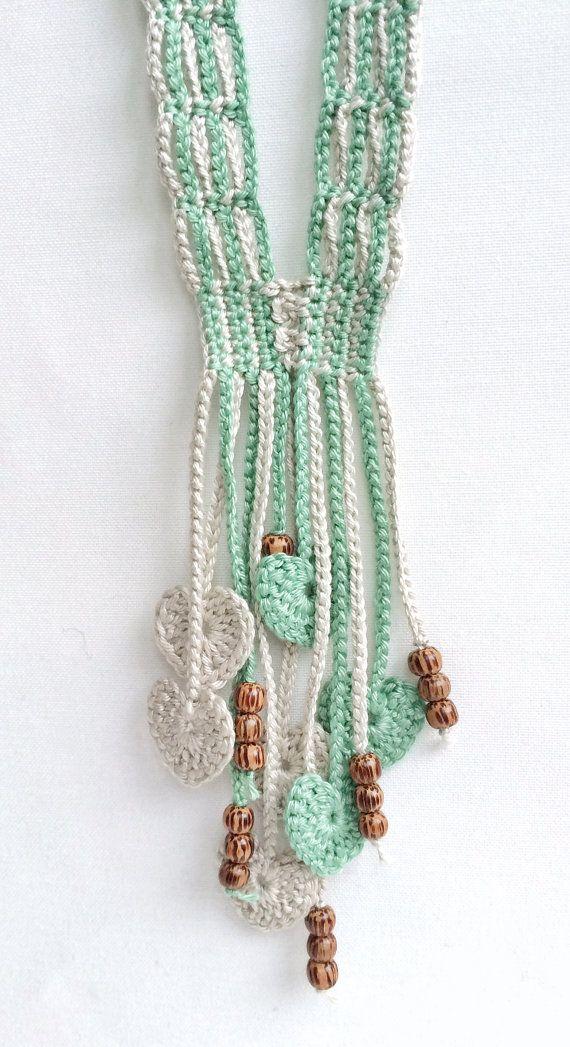 Colar em crochet com missangas e corações verde e cinza