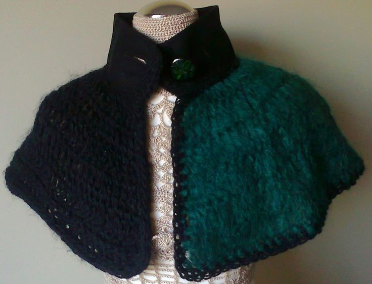 Green cover and black woolen yarn and of fabric collar, the back with black wire. tightens with black button with green stripes.  Visit Doce Açucena no facebook: https://www.facebook.com/pages/Doce-A%C3%A7ucena/239223889555620  acucena.doce@gmail.com  Tlf.: +351 922052180 (for connecting from the foreign)