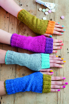 Cute color combinations for simple fingerless mitts. Ravelry: Wristwarmers with Contrast Rib pattern by Anna Wilkinson