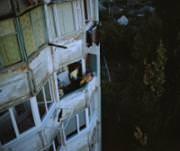 Auch 25 Jahre nach der Unabhängigkeitserklärung ist dieses Land von keinem UNO-Mitglied anerkannt: Ein Mann raucht auf seinem Balkon in Tiraspol eine Zigarette. (Bild: Beat Schweizer)