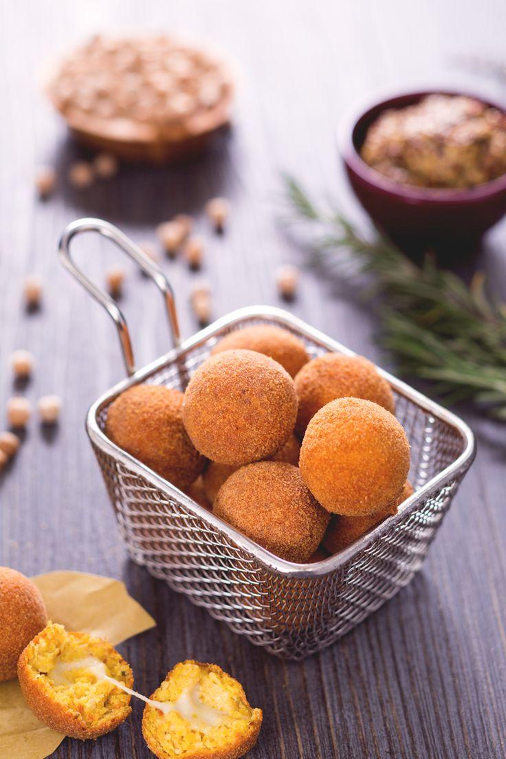 Perfette da servire per un #antipasto originale o per un #happyhour tra amici, queste #polpette di ceci ( #chickpeas balls) dal cuore filante conquisteranno tutti i vostri ospiti! #Giallozafferano #recipe #ricetta #balls