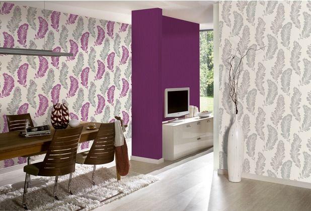 Auch die Kombination aus einer unifarbenen Tapete und einer mit Feder-Motiv ist optisch sehr ansprechend.   #lila #Federn #Schlafzimmer #Wohnzimmer #Esszimmer #Büro #Flur  #Tapete #Wanddekoration #Hertie  AS Création