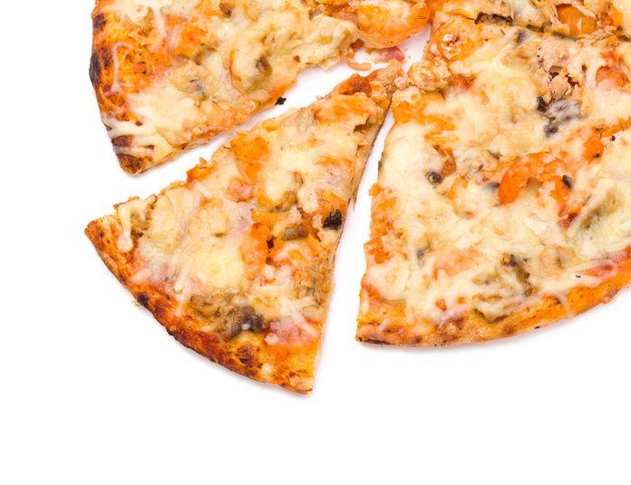 ピザ作りというと難しくて面倒そうなイメージがありますが、そんなことはありません。自宅でも簡単においしいピザが作れるんです!それに自分で作れば、生地もソースも具も自分好みのもので作れるのでお気に入りのピザを作れること間違いなし♪休日やパーティの際に皆でピザのソースや具を飾り付けて楽しいですよ。