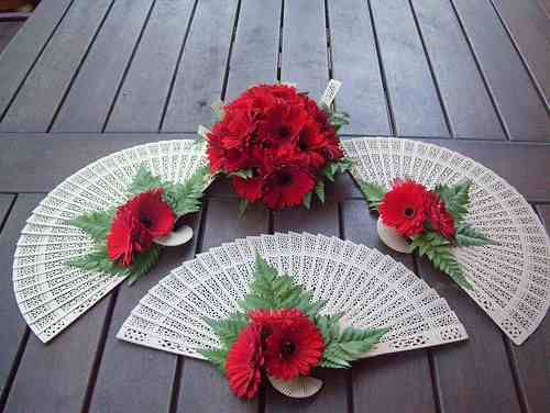 Fan bouquets. Wouldn't want red for mine, but this is something I would want to consider.