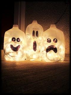 Milchkannen mit Lichterketten.