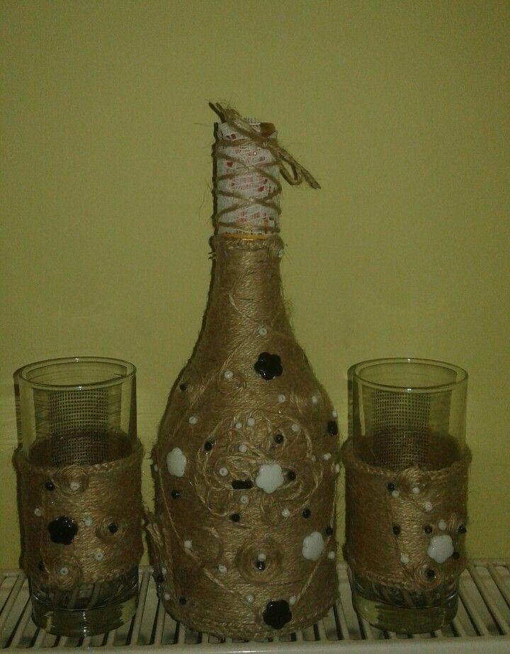 Bottles, sticla cu pahare imbracate in sfoara de iuta